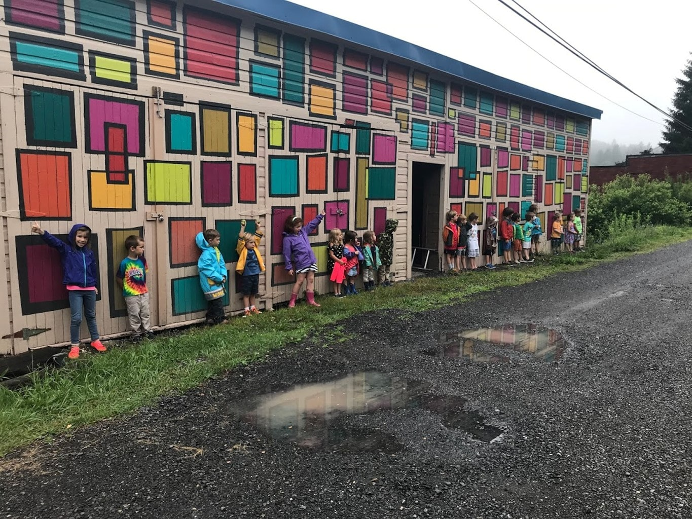 Children in front of a mural - Photo: [bc]